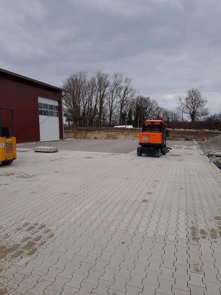 Halimi Pflasterbau Projekte Pflasterarbeiten vor einer Halle im Gewerbegebiet
