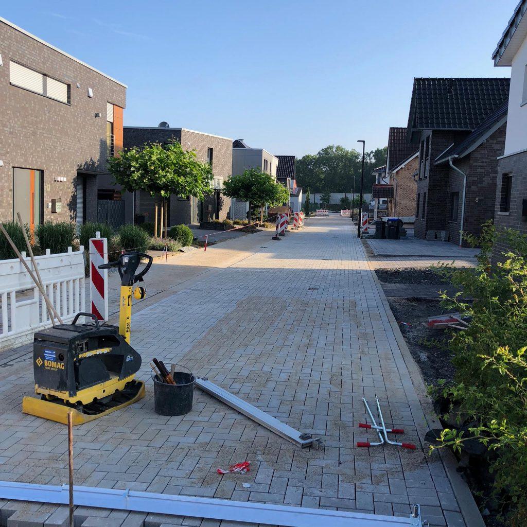 Halimi Pflasterbauprojekt Fertigstellung eines gepflasterten Straßenabschnitts
